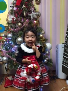 かわいい笑顔のレイサちゃん。クリスマスリース、うまくできましたね。